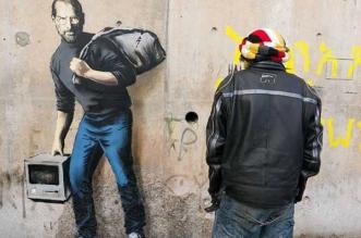 banksy steve jobs peintures calais 4 331x219 - Banksy Peint Steve Jobs en Réfugié sur les Murs de Calais (video)