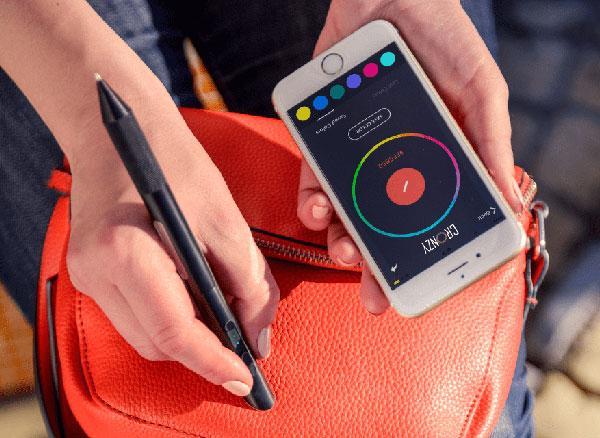 cronzy pen stylo connecte scanner couleurs encre iphone 1 - Ce Stylo Connecté Scanne et Ecrit en 16 Millions de Couleurs (video)