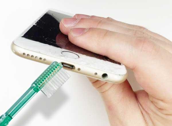 reparer batterie chargeur connecteur lightning nettoyer 1 - L'iPhone ne se Charge Plus ?! Nettoyez son Port Lightning (videos)