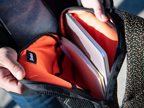 sac a dos transport extra plat macbook 2 - Ce Sac à Dos pour MacBook Pro est le Plus Plat au Monde (images)
