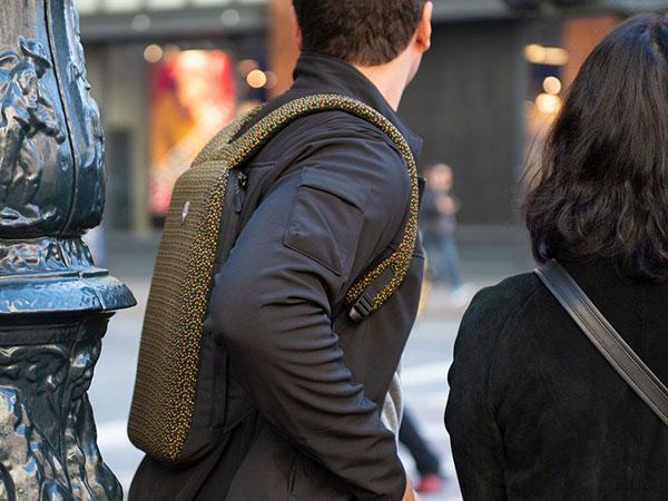 sac a dos transport extra plat macbook 5 - Ce Sac à Dos pour MacBook Pro est le Plus Plat au Monde (images)