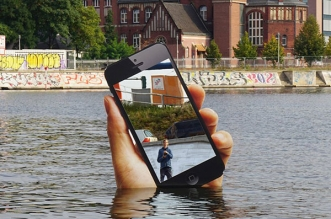 aram bartholl installation art iphone geant 07 331x219 - Un iPhone Géant Surgit d'un Lac à Berlin (video)