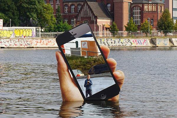 aram bartholl installation art iphone geant 07 - Un iPhone Géant Surgit d'un Lac à Berlin (video)