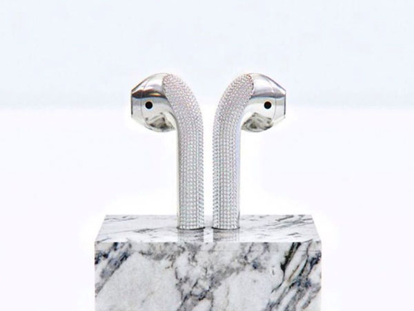 ian delucca airpods or diamants blancs luxe 1 - AirPods Couverts de Diamants Blancs et d 'Or à 20000 $