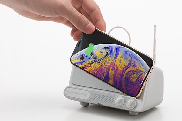 retroduck q dock ampli recharge sans fil enceinte iphone 01 600x400 - Retroduck Q, Transforme l'iPhone en Télé d'Epoque (video)